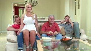A tetovált feleség megkívánja a mostohafia farkát